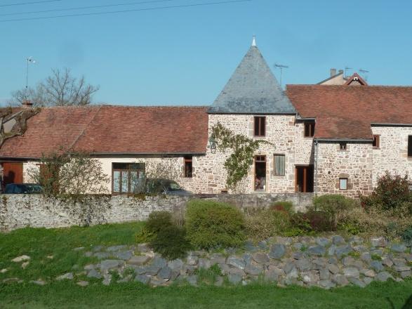 Sud Bourgogne. Montceau 20 min. Chalon S/Saône et autoroute 50 min. BELLE PROPRIÉTÉ EN BORDURE DE RIVIÈRE