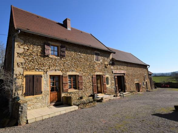 Bourgogne du sud. Charolais – Brionnais. Paray le Monial 25 min. Mâcon et gare TGV 50 min. JOLIE FERME EN PIERRE