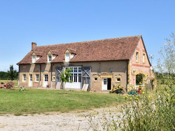 Sud Bourgogne. BELLE MAISON ANCIENNE  AVEC VUE SUR LA CAMPAGNE