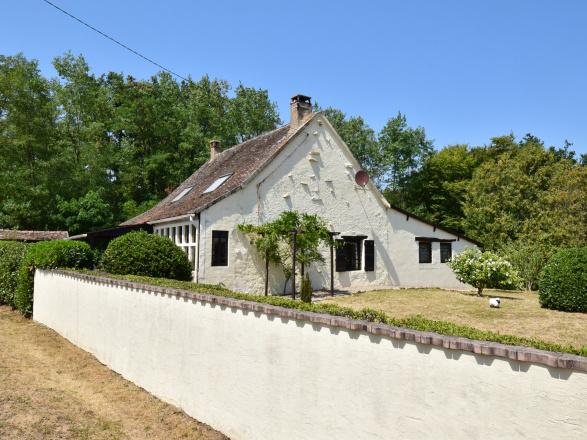 Sud Bourgogne. AGRÉABLE MAISON DE CAMPAGNE AVEC TERRAIN ET PETIT BOIS