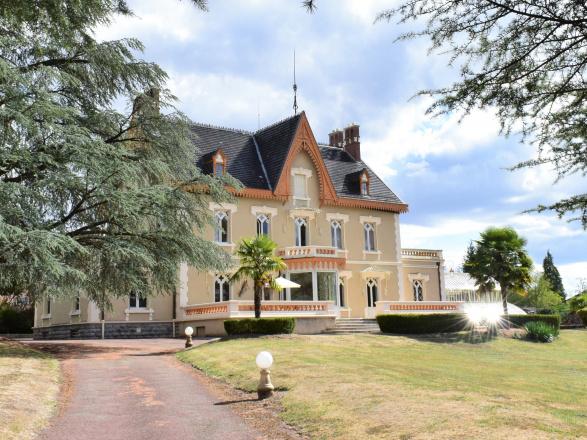 Sud Bourgogne. BELLE PROPRIÉTÉ AVEC MAISON  DE GARDIEN SUR 1,8 HECTARE