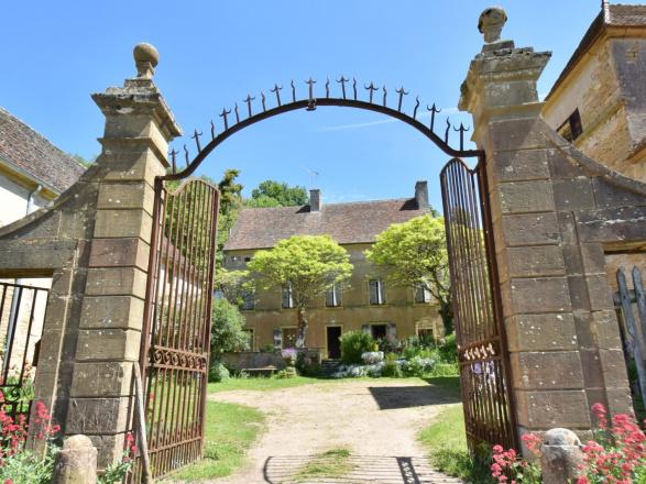 Sud Bourgogne. PROPRIÉTÉ DE CARACTÈRE 18ème EN CÔTE VITICOLE